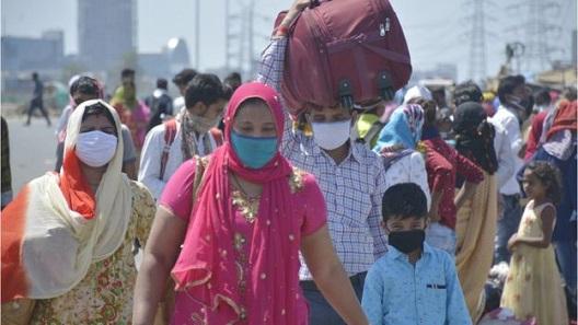Пандемиското затворање на Индија се претвора во хуманитарна трагедија