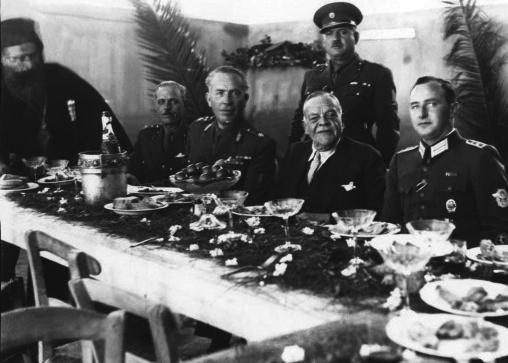 Премиерот Ралис ждере суфлаки со Германци и попови.