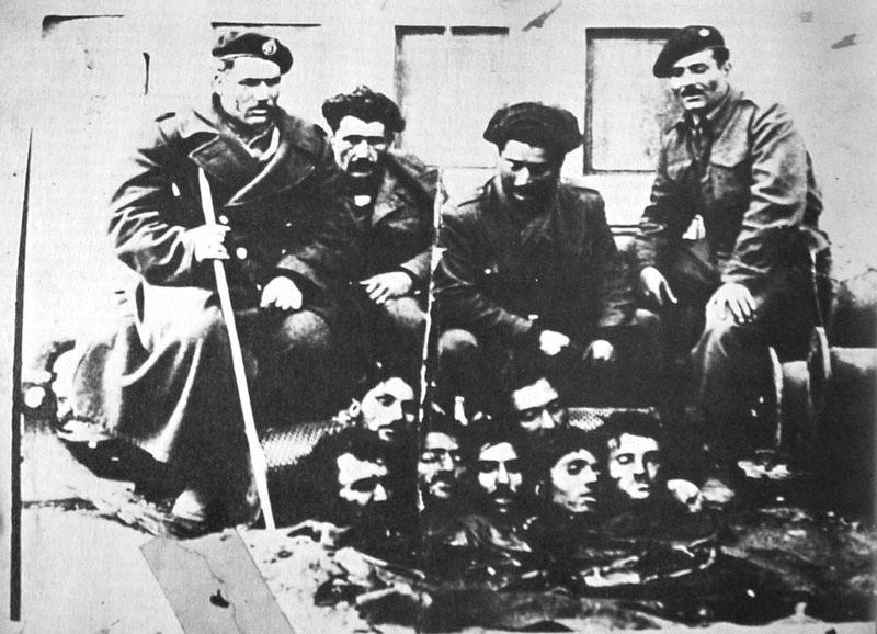 Владини војници покрај глави на припадници на комунистичката ДАГ, Битката за Лерин, 12.02.1949.