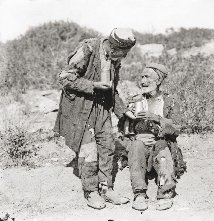 """""""Грчки"""" бегалци од Мала Азија (автор: познатата грчка фотографка со турско презиме Ели Сујулѕоглу – Серајдари алиас Нели)."""