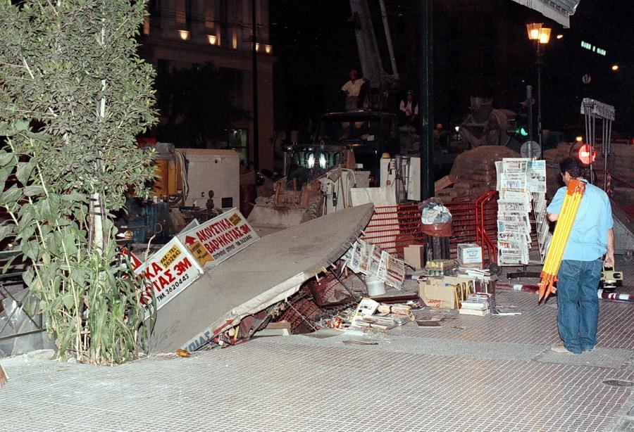Пропадната трафика у земја при копањето на атинското метро на ул. Панепистимиу 44.