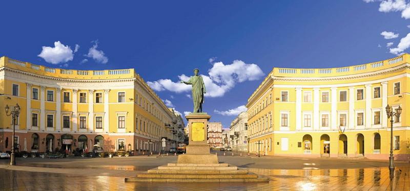 Конкавните зданија на Приморскиот булевар во Одеса, Украина, подигнати во XIX век.