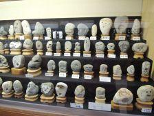 Музеј на камења што личат на лица