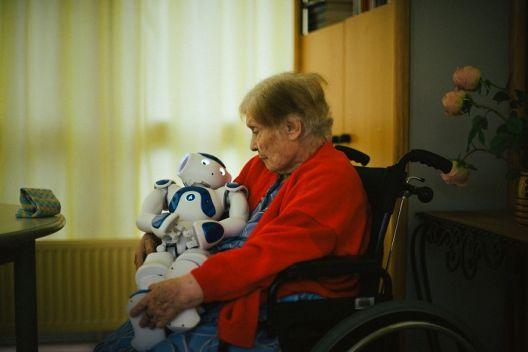 Роботот што им носи утеха на старите и болните