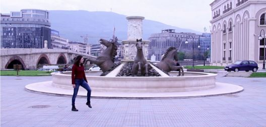 """За спомениците во Скопје, шведски уметници го изведуваат перформансот """"Градски коњи"""""""
