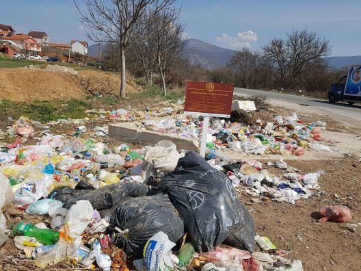 Герила-акција: Со табли маркирани 30 ѓубришта и депонии