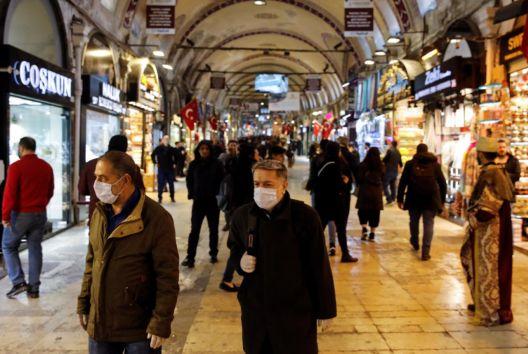 Додека вирусот во Турција се шири, турската лира тоне