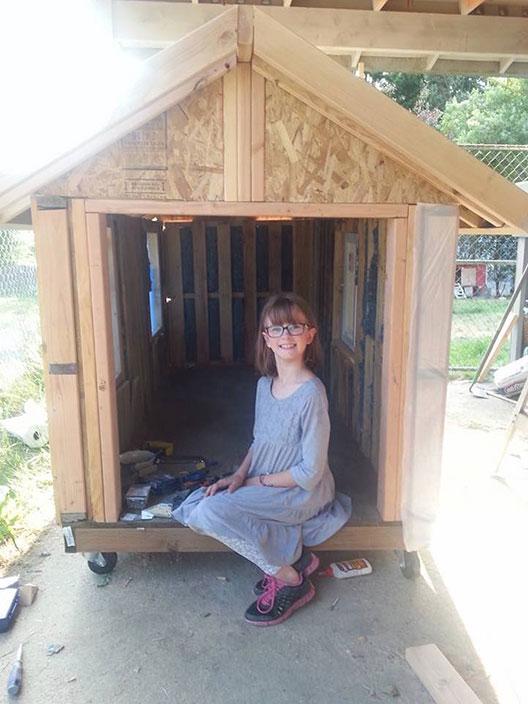 Деветгодишна активистка гради мали засолништа за бездомници
