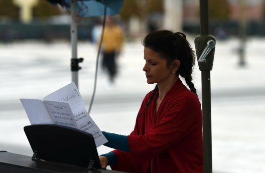 Тричасовен пијано - маратон на Дуња Иванова на плоштад во Скопје
