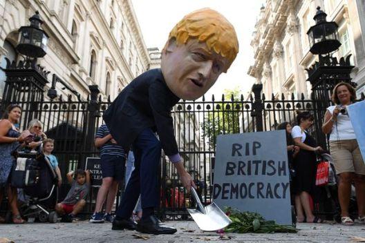 Борис Џонсон како диктатор