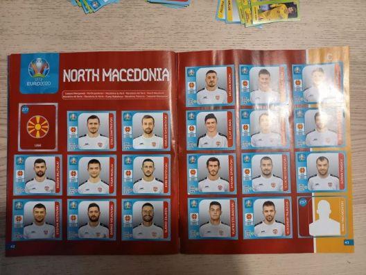 """Јагма за сликички од македонски фудбалери по пристигнувањето на албумот """"Еуро 2020"""""""