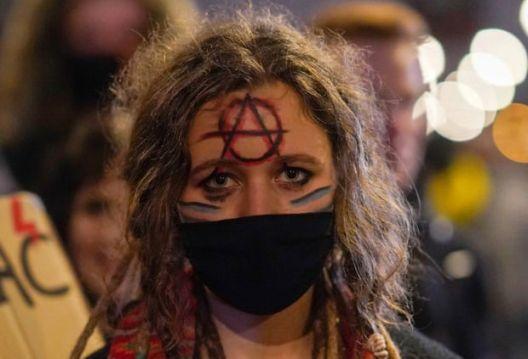 Третата ноќ протести во Полска по забраната на абортусот