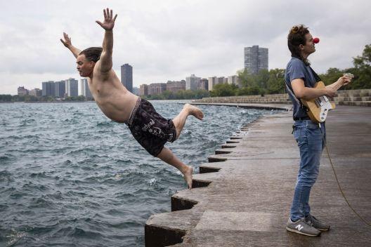 Човекот кој една година, секој ден скокаше во езеро