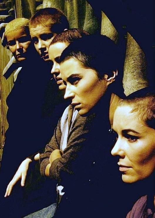 Пет острижени жени