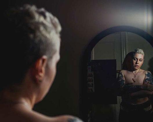 Моќни трансродни портрети кои го доловуваат преминот од женско во машко тело