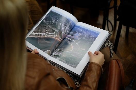 """Одржана промоција на книгата """"Дванесет македонски фотограф(к)и"""" во Тетово"""