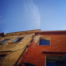 Нежна флека над приљубените куќи