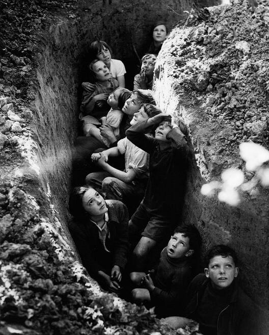 Деца во ров, 1940