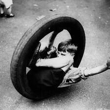 Дете во гума од мотор, 1933
