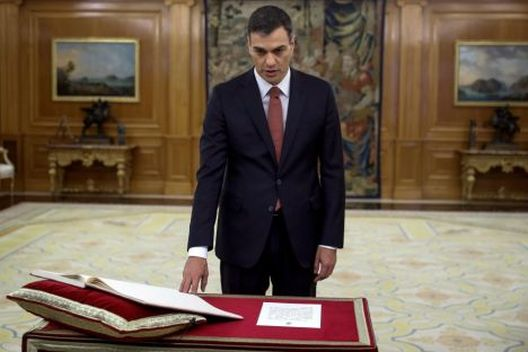Шпанскиот премиер ѝ објави војна на Црквата: одби да ја стави раката на Библијата и крстот, најави и раскинување на договорот со Ватикан!