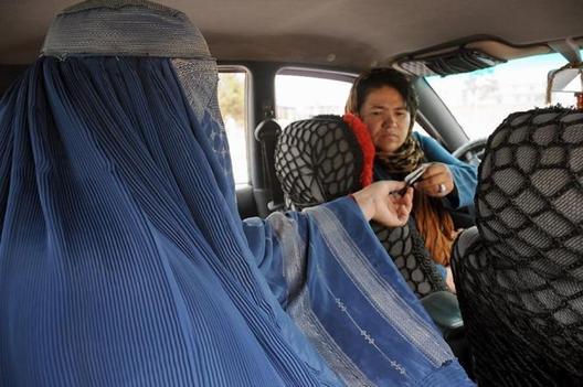 Сара Бахаи: првата жена која вози такси во Авганистан
