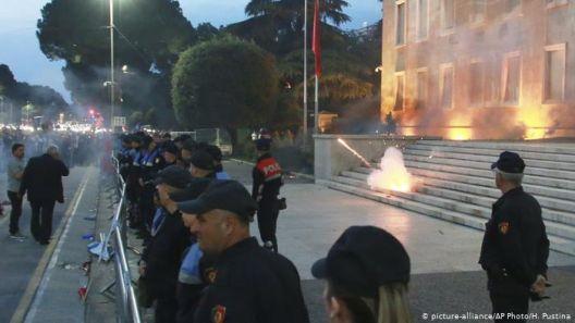 Албанија во демократска криза