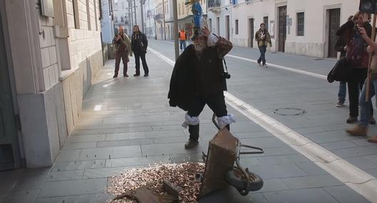 Протест: уметник истурил 500 евра во монети пред општинската зграда