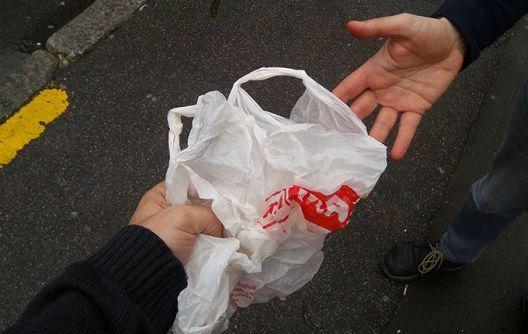 Пред големите маркети се појавија дилери на пластични кеси