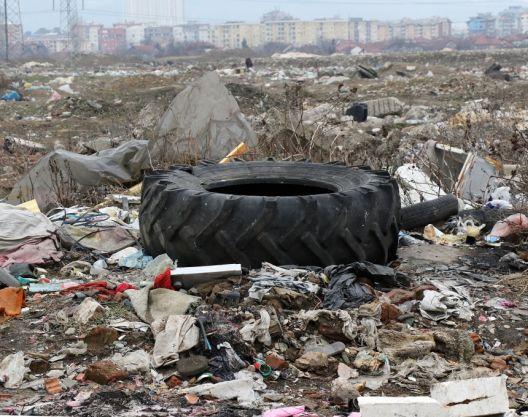 """Депониите крај Вардар за некои ќар, за сите загадување: """"Гориме отпад да преживееме"""""""