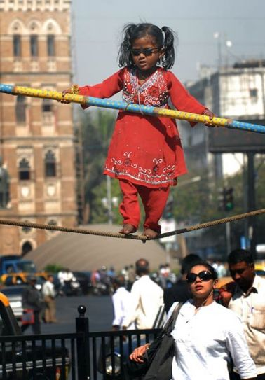Девојче од Индија заработува за живот