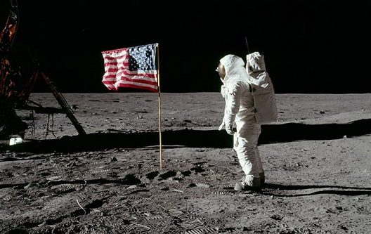Неколку илјади вработени во НАСА одбележаа половина век успешно криење на измамата дека човек слетал на месечината