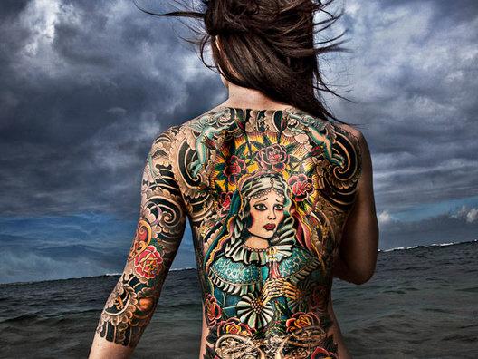 Што се случува со мастилото за тетовирање откако ќе ви влезе во кожа?
