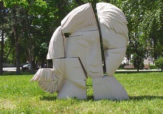 """Скулптура изработена од отпад најден на дивите депонии поставена во паркот """"Жена борец"""""""
