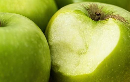 Веган случајно изел црв од јаболко